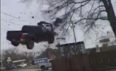 Si në filma aksion: Tentoi të ikë nga policia me veturë, por e pësoi keq (Video)