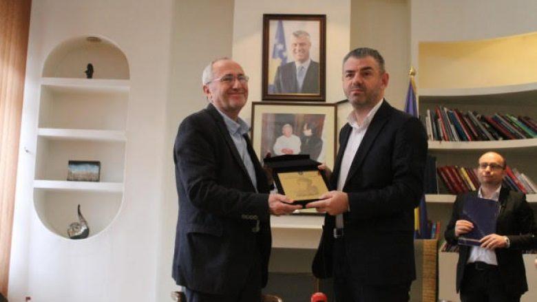 """Çmimi """"Azem Shkreli"""" i ndahet Eqrem Bashës"""