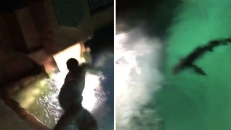 I dehuri vendosi të hidhet në pishinë plot peshkaqenë, me të prekur ujin pendohet (Video)