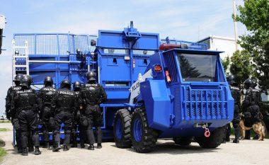 Njihuni me veturën e blinduar 18 tonëshe, e pajisur me topa uji, gaz lotsjellës dhe me krahë të gjerë 7.5 metra (Foto/Video)