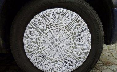 """Kreativiteti nuk ka fund: Në mungesë të """"fellneve"""" në rrota vë """"tentene"""" (Foto)"""