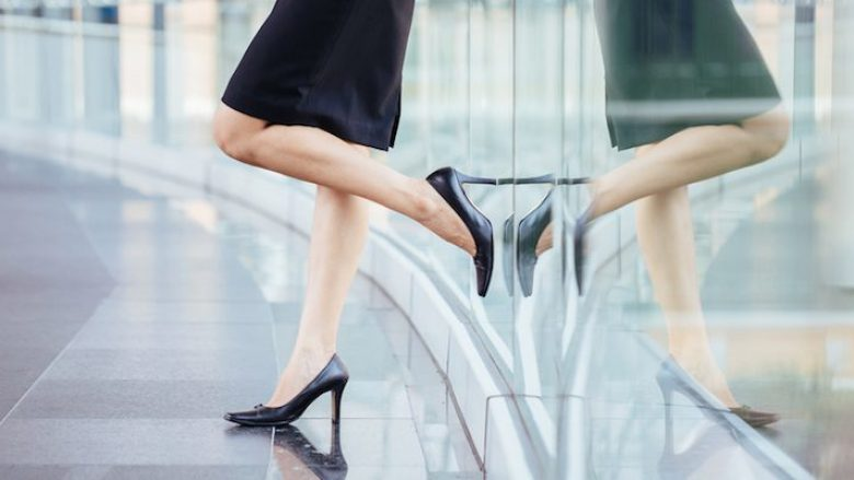 Truku që do t'ju shpëtojë nga dhimbjet: Si të qëndroni me këpucë me taka të larta tërë ditën?