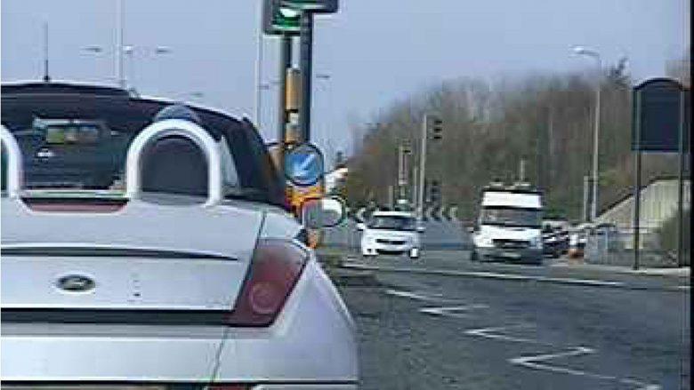 Dënohet për shkak se voziti makinën në mënyrë të çuditshme (Foto)