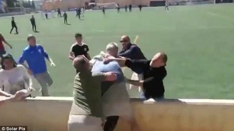 Fëmijët luajnë futboll, prindërit përfshihen në rrahje masive (Video, +18)