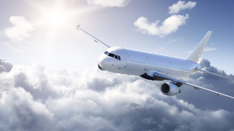 Gjatë fluturimit me aeroplan, i eksploduan dëgjueset në vesh (Foto,+16)