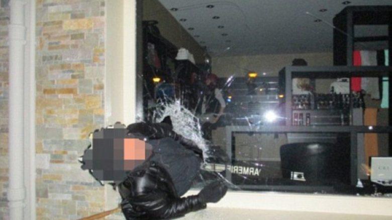 Hajni ngeci në xhamin e dritares së dyqanit ku kreu vjedhjen (Foto)
