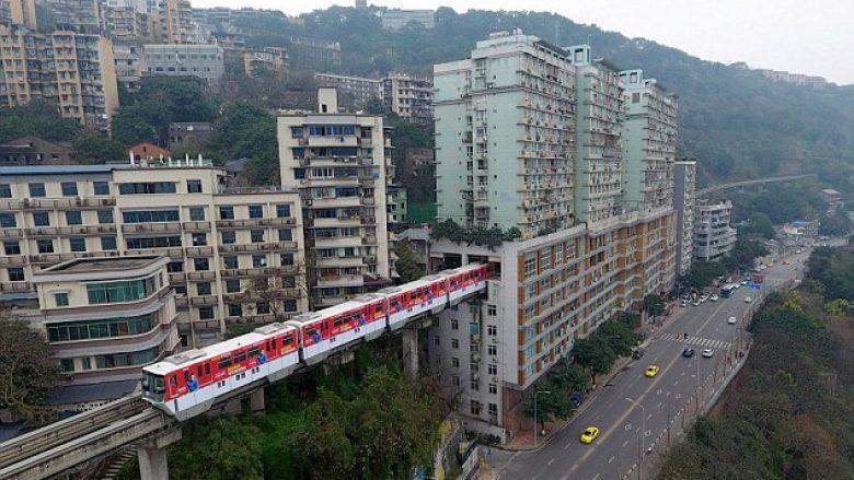 Lëvizja e trenave në hekurudhën që kalon nëpër bllokun e banesave (Video)