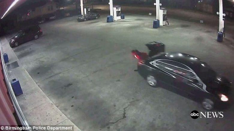 Sa e guximshme: Gruaja hidhet nga bagazhi i veturës për të shpëtuar nga burri që e rrëmbeu (Video)