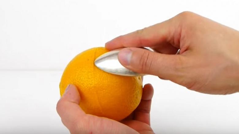 Me lugë dhe portokall dhe me një veprim ngazëlleu të gjithë: Këtë shkathtësi do ta përdorni gjithmonë! (Video)