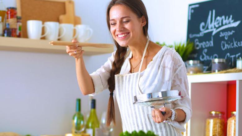 Për shije të përsosur: Kur është më mirë t'i qitni kripë ushqimit – para apo pas zierjes?