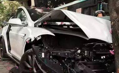 Punonjësi i autolarjes e përplasë në mënyrë misterioze një Tesla Model X (Foto)
