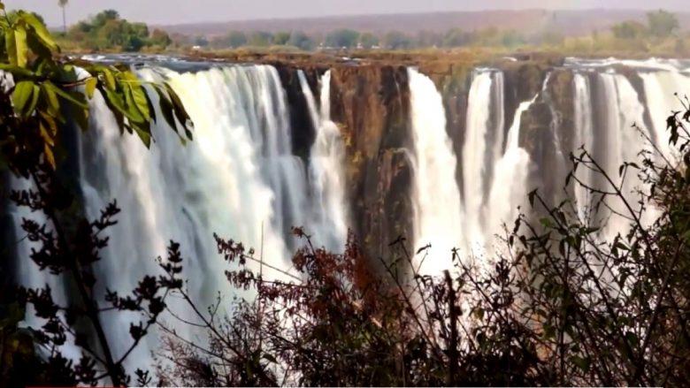 Tymi që bubullon në Ujëvarat e Viktorisë (Video)
