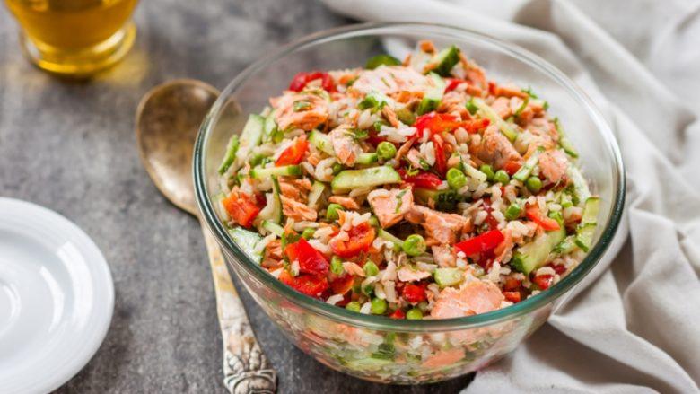 Shtojca më e shijshme në tryezën kreshmore: Sallata e larme me oriz dhe mish toni!