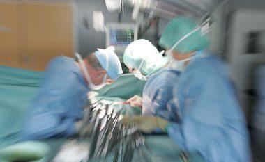 Suspendohen mjeket, postuan fotografi me këmbën e amputuar (Foto)