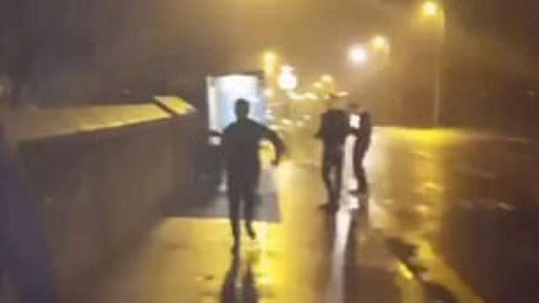 Përplaset dhe thyen pa arsye xhamin e stacionit lokal të autobusëve (Video)