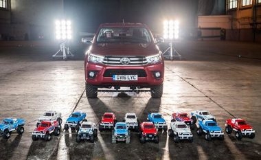 Toyota Hilux që peshon 3.2 ton, tërhiqet nga 15 makina me nga 3.2 kilogramë (Video)