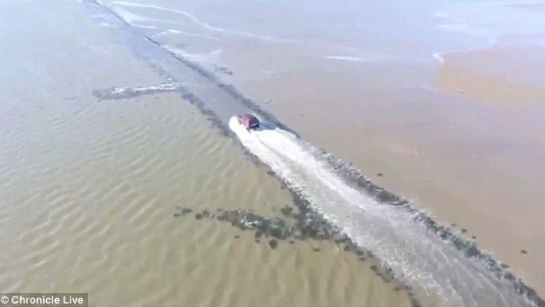 Voziti nëpër rrugën e vërshuar nga uji, kur ishte i ndaluar qarkullimi (Video)