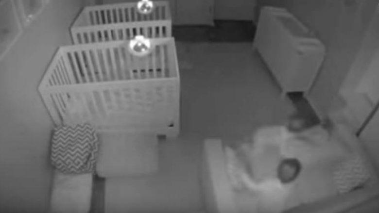 """Binjakët dyvjeçarë ishin të lodhur ditën, sepse bënin """"festë"""" natën (Video)"""