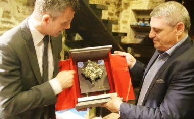 FFK-ja me dhurata të veçanta për drejtuesit islandez (Foto)