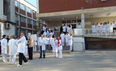 Punëtorët shëndetësorë protestë një orëshe për rritje të pagave