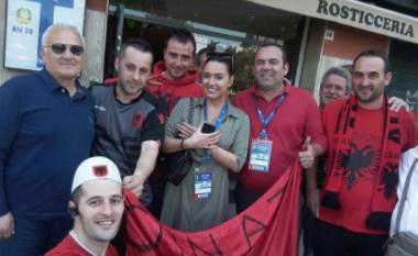 Ilda Bejleri e buzëqeshur në mesin e tifozëve në Itali (Foto)