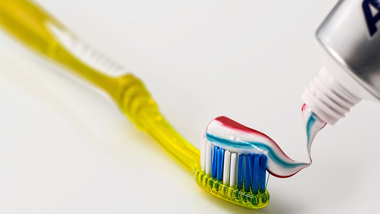 Mësoni çfarë domethënie kanë tri ngjyra në pastën e dhëmbëve dhe përse janë të rëndësishme
