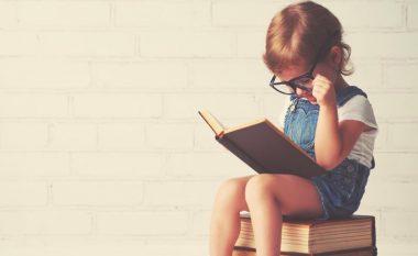Fëmijët ende i preferojnë më shumë librat sesa pajisjet elektronike të leximit