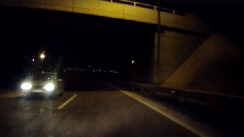Edhe kjo ndodhi në Shkup: Vetura futet në kahje të kundërt duke rrezikuar shumë jetë njerëzish (Video)