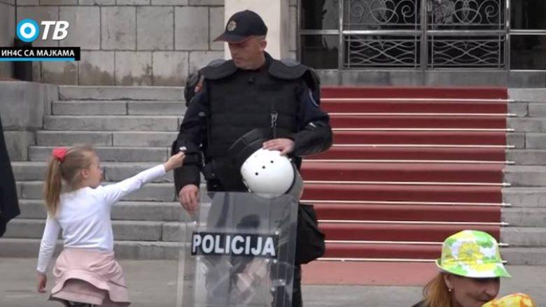 """Polici refuzon lulen e vogëlushes, """"gozhdohet"""" nga përdoruesit e rrjeteve sociale (Video)"""