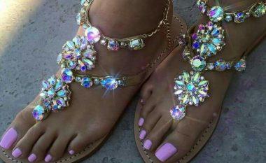 Vajza, ky është trendi më i ri i sandaleve për këtë verë (VIDEO)