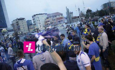 Atmosferë impozante para ndeshjes, fillojnë të mbushen rrugët me tifozë (Foto/Video)