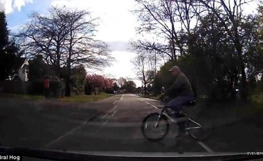 Çiklisti kaloi rrugën pa kujdes, për pak sa nuk u fut nën veturë (Video)