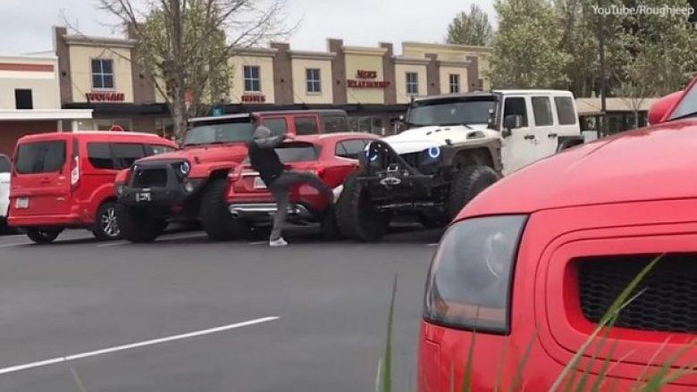 Kishte parkuar veturën në mënyrë të gabuar duke i zënë dy vende, shikoni si i hakmerren shoferët tjerë (Video)