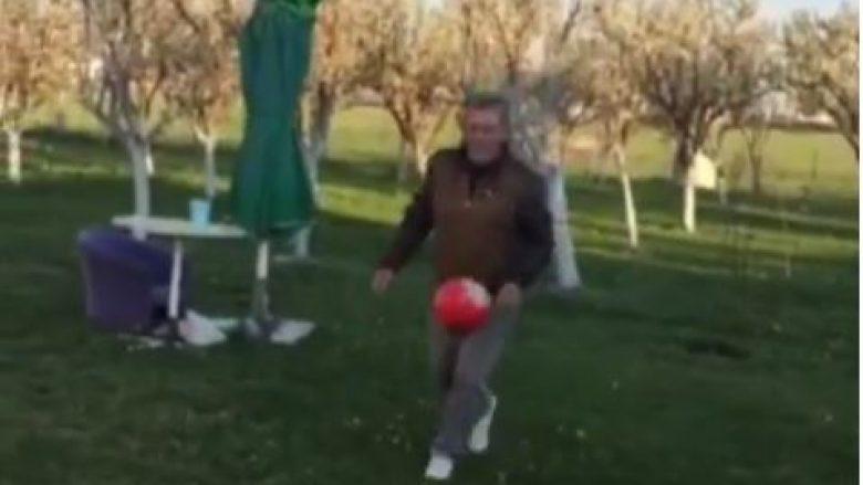 Nuk është Messi dhe as Zidane, por Cima me 67 vitet e tij që kontrollon topin sikurse një profesionist (Video)