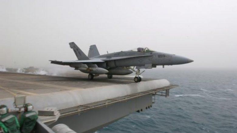 Një aeroplan luftarak amerikan rrëzohet në det