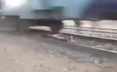 Trimëri apo budallallëk: Shtrihet në mes të shinave, derisa treni kalon sipër tij me shpejtësi të madhe (Video)