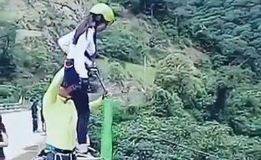 Kërcen nga ura e lidhur me litar elastik, pendohet keq (Video)