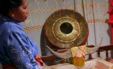 Zakoni i çuditshëm: Njihuni me familjen që flenë me të vdekurit në shtëpi (Video)