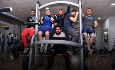 Ma i forti i Kosovës, ngriti me shpinë lart pesë meshkuj