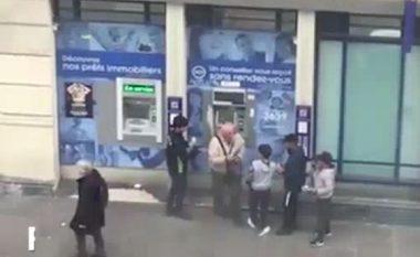 Adoleshentët rrethojnë të moshuarin për ta grabitur, pendohen keq për këtë veprim (Video)