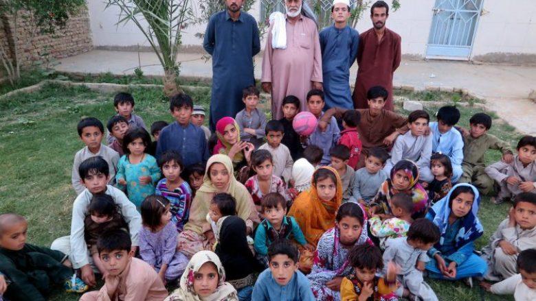 Babai me 44 fëmijë dhe katër gra, jetojnë së bashku në një shtëpi (Foto)