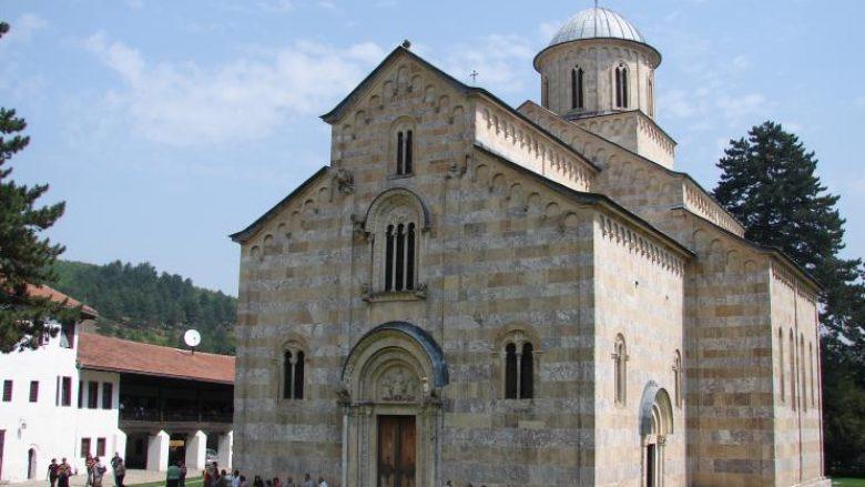 Historianët e Deçanit, kërcënojnë me bllokim të rrugës për në Manastir