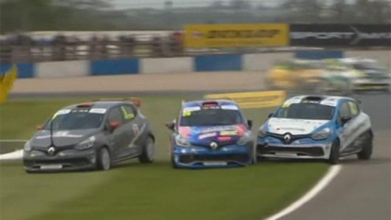 Devijon gara me makina Renault Clio, përplasje të shumta dhe rrotullime në pistë (Video)