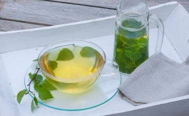 HARROJENI REUMËN DHE ISHIASIN: Bëni vetë çajin më të fuqishëm diurekik!