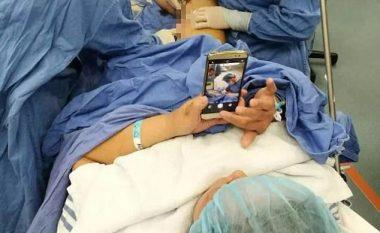 Pacientja xhironte me telefon ortopedët derisa po e operonin (Foto)