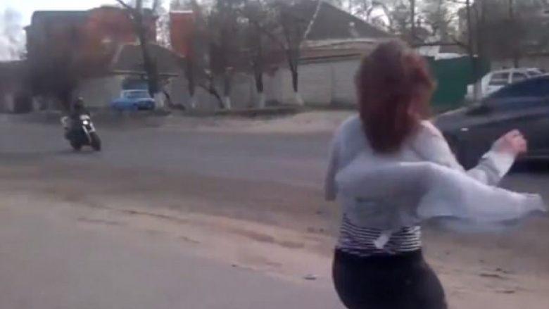Motoçiklisti përplaset duke shikuar valltaren provokuese në skaj të rrugës (Video)