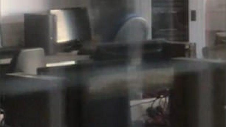 Nxënësit  frikësohen nga aktiviteti paranormal, mësimdhënësi shpjegon ngjarjen (Video)