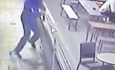 Roja i lokalit kapërceu rrethojën që të ikë nga një qen (Video)