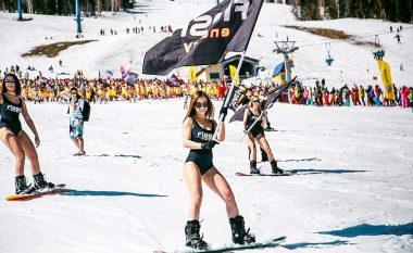 Rrëshqasin të zhveshur, për të festuar përfundimin e sezonit të skijimit (Video)
