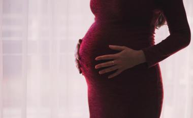 Çfarë ndodhë me beben kur nëna qanë?